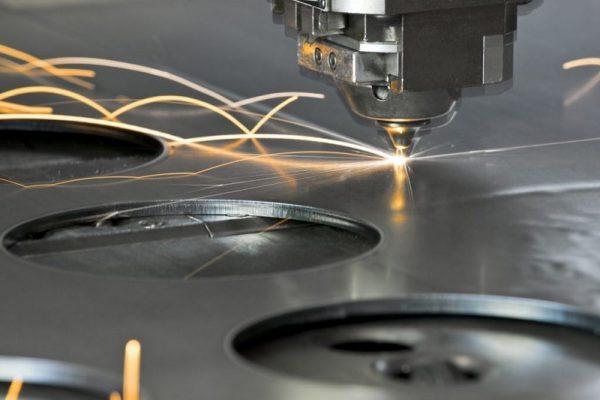 Cắt thép bằng phương pháp laser.