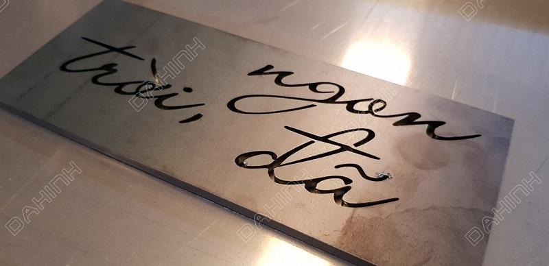Máy cắt laser có thể cắt những mẫu chữ cách điệu, độ khó cao