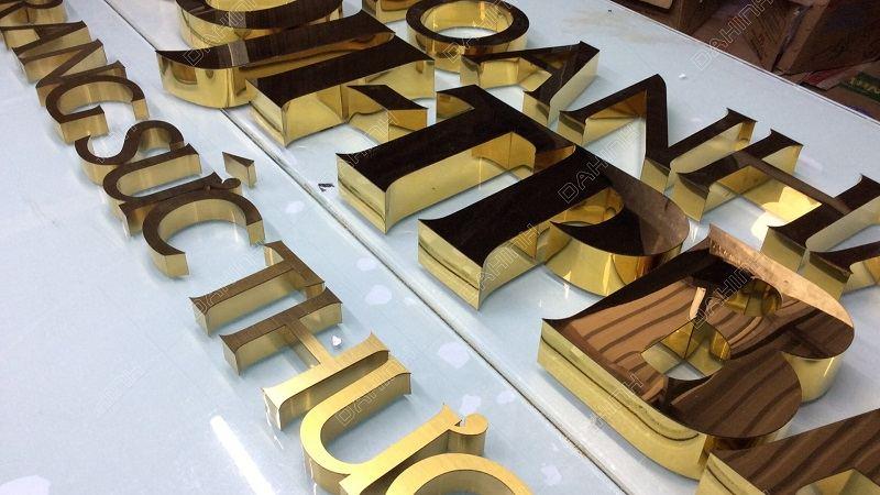 Chữ kim loại có tính thẩm mỹ tuyệt vời mà các loại vật liệu khác không có được