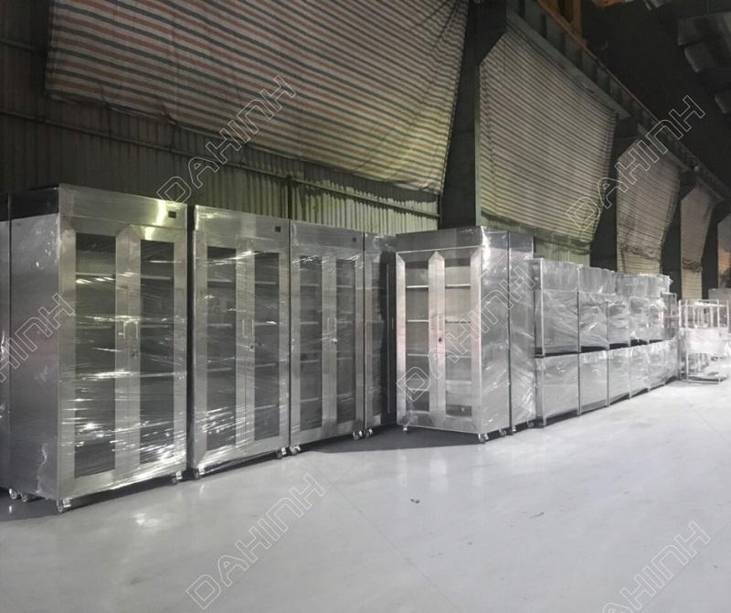Tủ lưu trữ hóa chất gia công từ vật liệu inox cao cấp, có khả năng chống ăn mòn và độ bền cao
