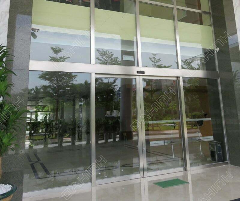 Cửa kính khung inox được sử dụng trong nhiều công trình từ nhà ở đến cửa hàng, trung tâm thương mại,...
